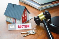Haus mit einem Hammer Gerichtliche Verfallserklärung, Immobilien, Verkauf, Auktion, Bus lizenzfreie stockfotografie