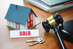 Haus mit einem Hammer Gerichtliche Verfallserklärung, Immobilien, Verkauf, Auktion, Bus stockfotografie