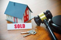 Haus mit einem Hammer Gerichtliche Verfallserklärung, Immobilien, Verkauf, Auktion, Bus lizenzfreies stockfoto