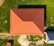 Haus mit einem orange Dach hergestellt vom Metall, Draufsicht Metallisches Profil gemalt gerunzelt auf dem Dach lizenzfreie stockfotografie