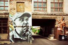 Haus mit einem Porträt eines älteren Mannes in der Graffitiart stockbilder