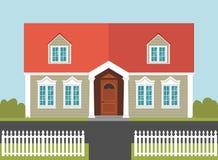 Haus mit einem roten Dach und einem weißen Zaun Stockbilder
