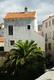 Haus mit einem roten Dach und kleinen Fenstern Stockbild