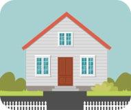 Haus mit einem weißen Zaun Stockfotografie