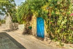 Haus mit einer blauen Tür Stockfotografie