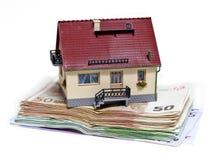 Haus mit Eurobanknoten Lizenzfreie Stockfotografie