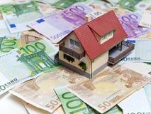Haus mit Eurobanknoten Stockfotos