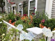 Haus mit Garten stockfotografie