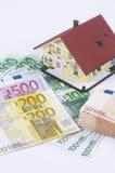 Haus mit Geld Lizenzfreie Stockfotos