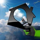 Haus mit Glühlampe-Sonnenkollektor und Stromleitung Lizenzfreie Stockfotos