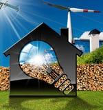 Haus mit Glühlampe und erneuerbaren Ressourcen Stockbild