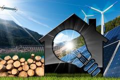 Haus mit Glühlampe und erneuerbaren Ressourcen Stockfoto