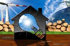Haus mit Glühlampe und erneuerbaren Ressourcen Lizenzfreie Stockfotografie