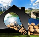 Haus mit Glühlampe und erneuerbaren Ressourcen Stockbilder