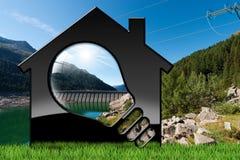 Haus mit Glühlampe und hydroelektrischer Energie Stockfotos