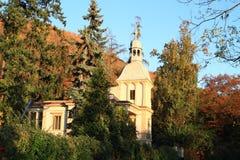 Haus mit Glockenturm in Prag Lizenzfreie Stockfotos