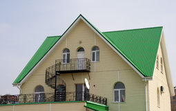 Haus mit grünem Dach Stockfotos