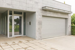 Haus mit grauen Wänden stockbilder