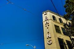 Haus mit großem Blitz lettery und blauer Himmel in Seattle Washi Lizenzfreies Stockfoto