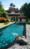 Haus mit großem im FreienSwimmingpool Stockfotografie