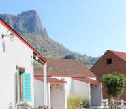 Haus mit großer Garagentür Lizenzfreies Stockfoto