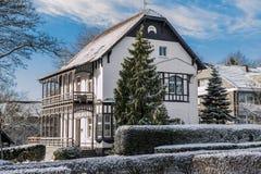 Haus mit hölzernem Balkon im Winter Stockfotografie