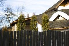 Haus mit hölzernem Dach lizenzfreie stockfotos