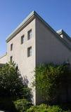 Haus mit harten Schatten und blauem Himmel Stockbild