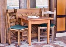 Haus mit Holztisch und Stühlen lizenzfreie stockbilder