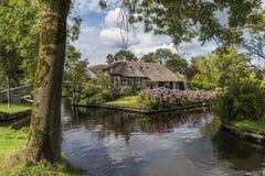 Haus mit Hortensie und Baum Giethoorn Stockfotografie