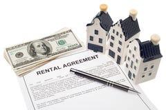 Haus mit Mietvertrag und Bargeld Lizenzfreies Stockfoto