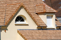Haus mit neuem Dach Lizenzfreie Stockfotos