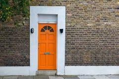 Haus mit orange Tür Stockbild