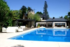 Haus mit Pool Lizenzfreie Stockfotos