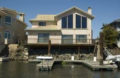Haus mit privatem Dock Stockfotos