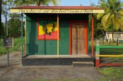 Haus mit rasta Farben in den Karibischen Meeren lizenzfreie stockfotos