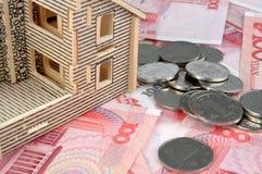 Haus mit Rechnung und Münzen Stockfotos