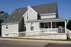 Haus mit Rollstuhl-Rampe Stockfotografie