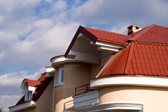 Haus mit rotem Dach Stockfotos