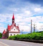 Haus mit rotem giebeligem Dach Lizenzfreie Stockfotos