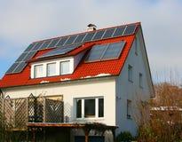 Haus mit Solarzelle stockfoto