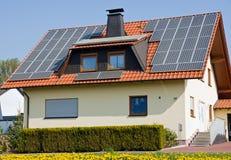 Haus mit Sonnenkollektoren Stockfotografie
