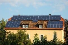 Haus mit Sonnenkollektoren stockfoto