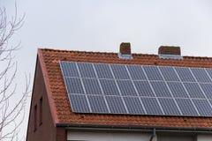 Haus mit Sonnenkollektoren Lizenzfreies Stockfoto