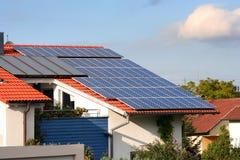 Haus mit Sonnenkollektoren auf stockbilder