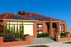 Haus mit Sonnenkollektoren auf dem Dach Stockfotos