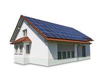 Haus mit Sonnenkollektoren auf dem Dach Stockfoto