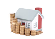Haus mit Stapel Münzen Lizenzfreies Stockfoto