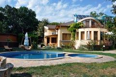 Haus mit Swimmingpool Lizenzfreie Stockbilder