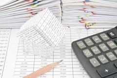 Haus mit Taschenrechner- und Bleistiftplatz auf Finanzkonto Stockfoto